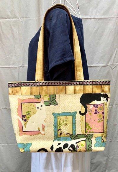 画像1: 木目調帆布に、猫と額縁ポケットのトートバッグ